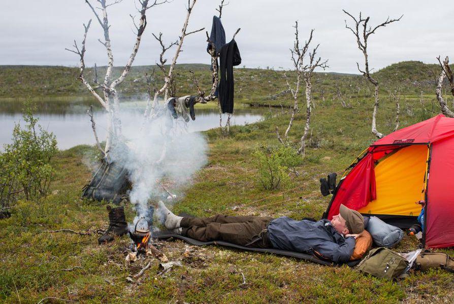 Ruokalevolla Itä-Finnmarkissa. Kesällä vaellus on varsin rentoa puuhaa talviretkeilyyn verrattuna.