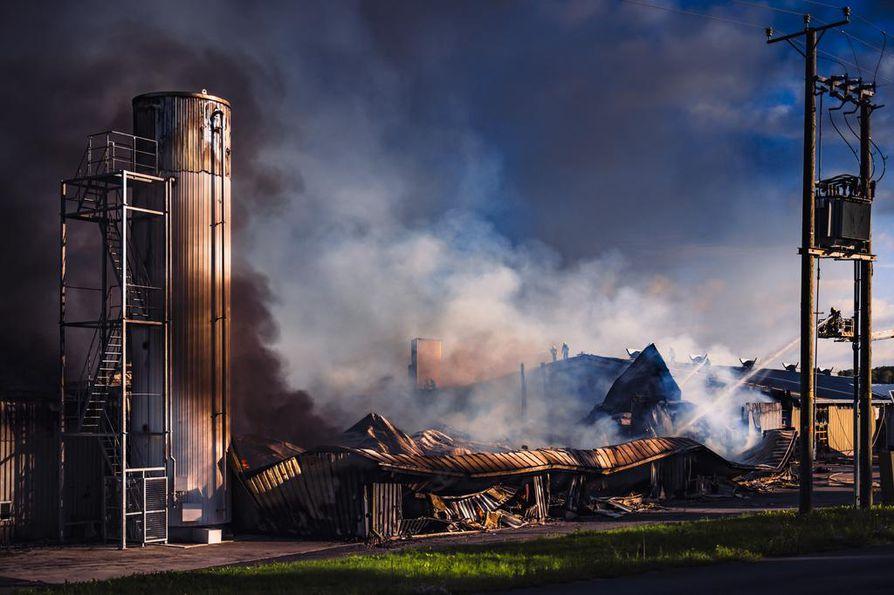 Kynttilä-Tuote Oy:n tehtaan tulipalossa tuhoutui noin 5 000 neliötä tuotanto- ja toimistotilaa.