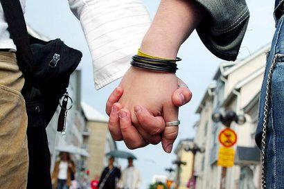 Uusi avioliittolaki voimaan 2017 – homoparien kirkkohäät vielä vuosien päässä