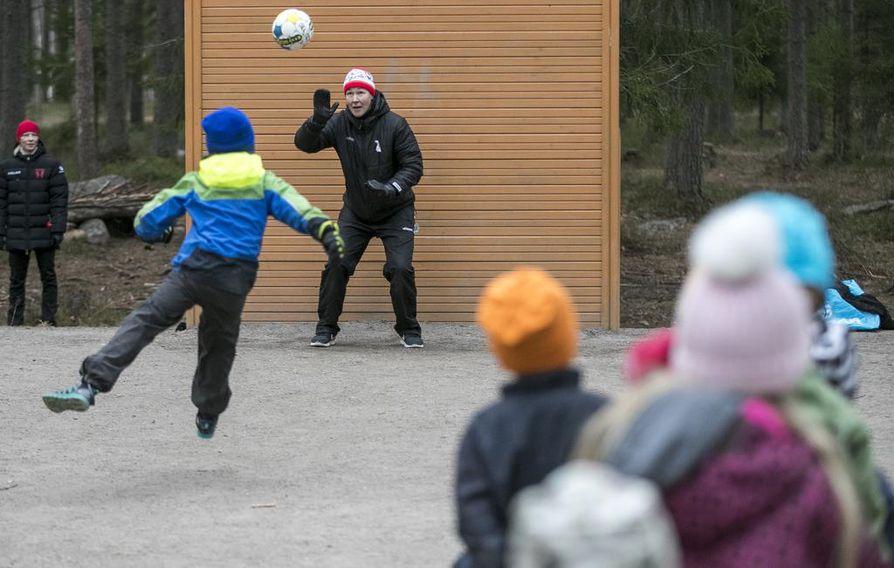 Lämsänjärveltä kotoisin oleva Tinja-Riikka Korpela osallistui lasten liikuntatapahtumaan kotimaisemissaan viime vuoden marraskuussa.