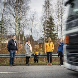 """Koululaisten turvallisuus huolestuttaa Haukiputaan Jokikylässä, joka siirtyi ykskaks Nelostien varteen – """"Mitä pimeämpää on, sitä kovempi vauhti"""""""
