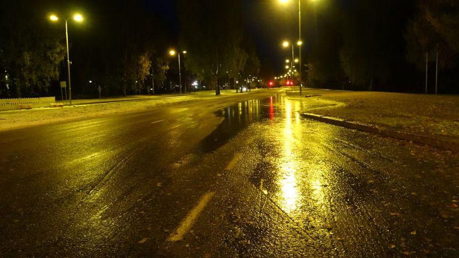 Kalevan lukija lähetti kuvan, kuinka tienpinnat ovat paikoin liukkaita.