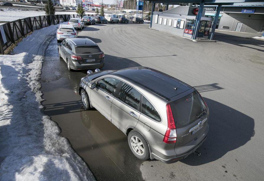 Kevät on loskan ja pölyn aikaa. Autopesuun on usein pitkät jonot.