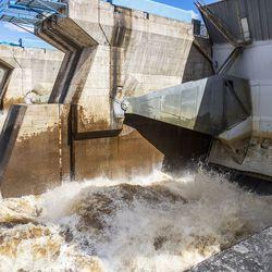 Virtaus kiihtyy ja suurtulva on ovella –Miksi Valajaskosken tulvaluukut eivät ole kokonaan auki?