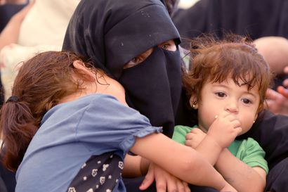 """Kymmenen ranskalaislasta kotiutuu Syyriasta – suomalaislasten kotiinpääsy al-Holin leiriltä on jäissä, sillä """"keskusteluyhteys on poikki"""""""