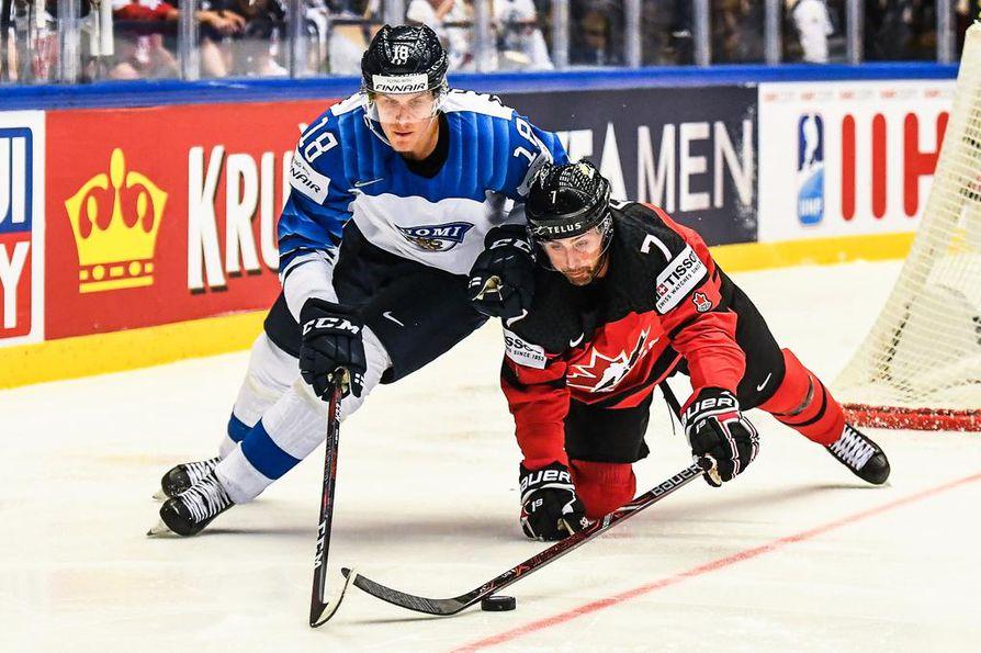 Saku Mäenalanen (vas.) on pelannut MM-jäällä Leijonissa nelosketjussa.