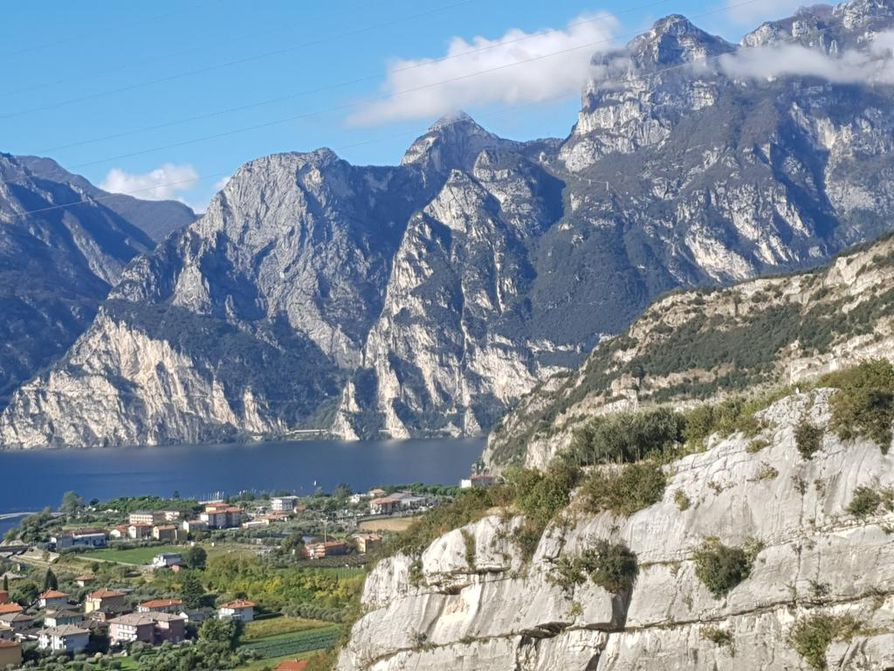 Maisemia Pohjois-Italiassa sijaitsevalta Gardalta.