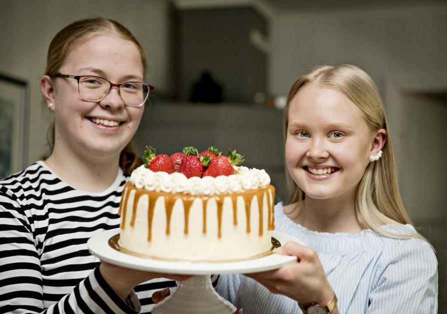 Yhden kakun tekeminen vie kolmesta neljään tuntia. Pinja Virtala ja Jenni Väätämöinen valmistavat kakkuja tilauksia varten.