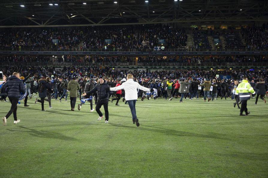 Kannattajat ryntäsivät kentälle, kun Suomi voitti Liechtensteinin perjantaina. Palloliitto odottaa muutaman kymmenentuhannen euroa sakkoja.