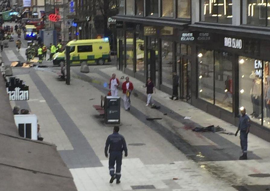 Kuorma-auto ajoi päin Åhlensin tavarataloa Tukholmassa perjantaina iltapäivällä. Sen jälkeen alueelle tuli paljon poliiseja ja pelastushenkilöstöä.