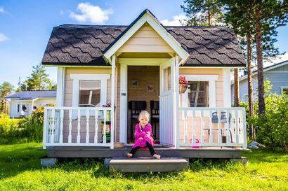 Olipa kerran kolme porsasta, jotka jäivät kodittomiksi rovaniemeläisestä vaatekaupasta – Ellen leikkimökistä löytyi uusi koti