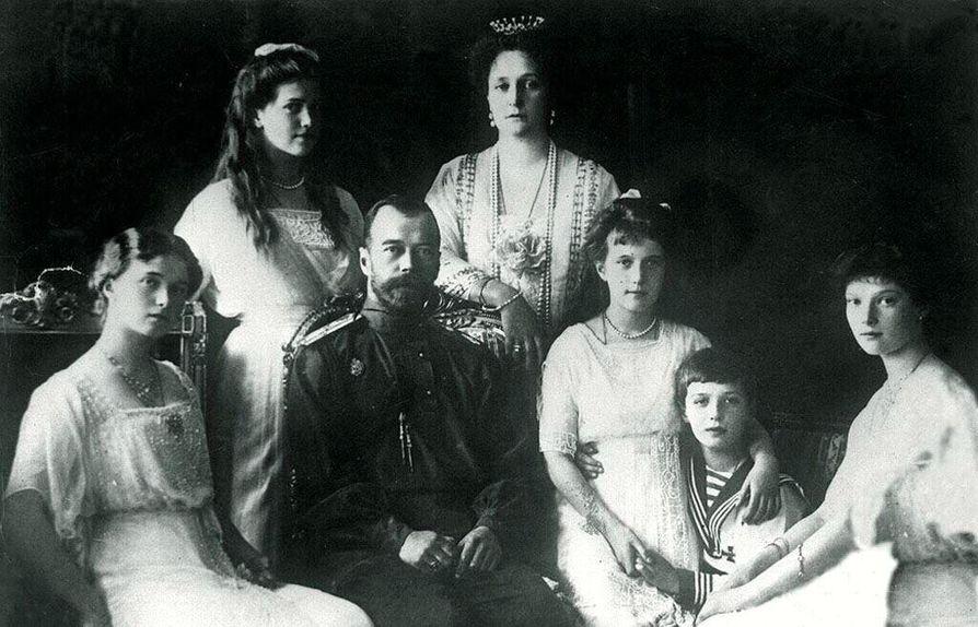 Nikolai II ja keisarinna Aleksandra perheineen vuonna 1914.