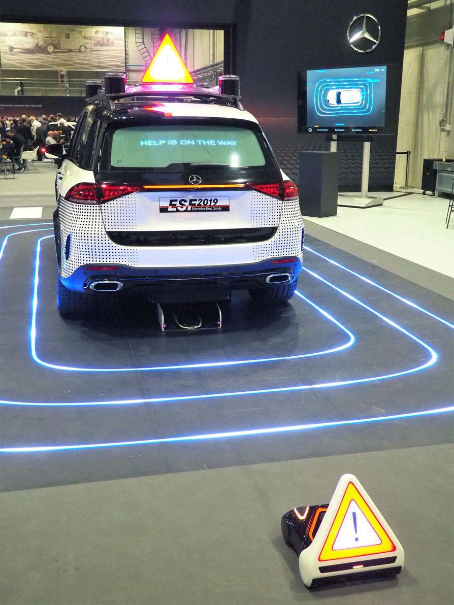 Tämä ei ehkä toteudu, mutta takaa auton huomioarvon: takaa alta vapautuu pieni robotti, joka voi onnettomuustilanteissa pystyttää varoituskolmion tielle.
