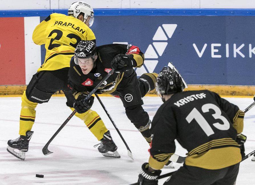 Kärppien Jesse Puljujärvi ja Michal Kristof pörräsivät jälleen Bernin puolustajien kiusana. Kristof oli yksi Kärppien vierasvoiton takuumiehistä.