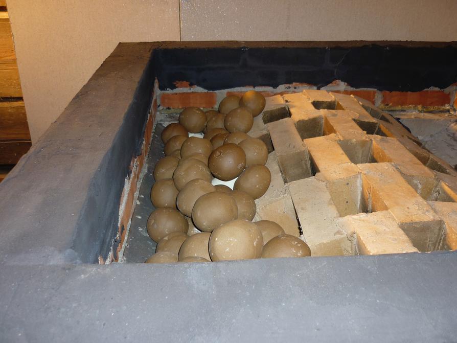Tuohimaan mökillä Saimaan saaressa sijaitsevan PT1-kiukaan alimmat keraamiset kivet siirtävät lämmön nopeasti ylös seuraaviin kerroksiin. Pinnalla on pieniä, pyöristettyjä oliviinidiabaasikiviä. Savusaunakiukaan hapetus on suunniteltu kolmivaiheiseksi.