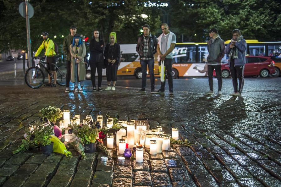Turun kauppatori täyttyi kynttilöistä elokuun 18. päivä tapahtuneiden puukotusten jälkeen.
