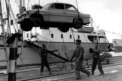 Vanhat kuvat: Laiva on lastattu Oulussa – Oritkarin ja Toppilan satama-alueet ovat muuttuneet vuosien varrella