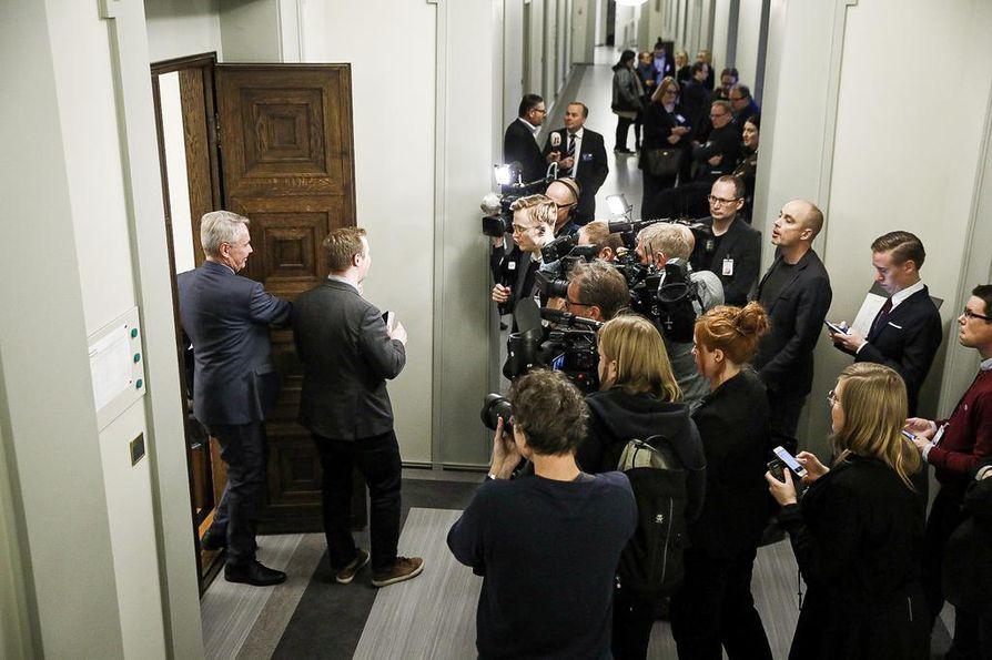 Keskustan eduskuntaryhmän huoneen oven takana on viime viikkoina ollut ryysistä. Entinen pääministeri Juha Sipilä (kesk.) hämmentyi väenpaljoudesta niin, että marssi vahingossa vihreiden ryhmähuoneeseen.
