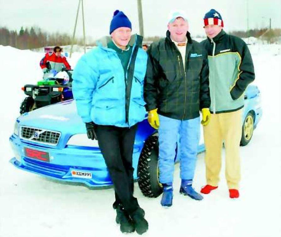 Markku Alen (oik. ) ja Juha Kankkunen (vas.) sekä kuvassa näkyvän auton omistaja Ari Ruoppa (kesk.) lanseerasivat uuden kotimaisen aurourheilusarjan super rallicrossin sarjan Vantaalla keskiviikkona. Kuvan auto on ensimmäinen SRC-auto, Volvo S40 2,8 evo.