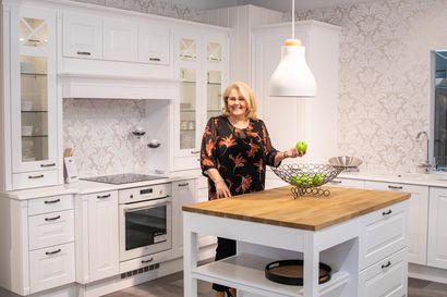 """Rovaniemen Keittiömaailman yrittäjä Minna Eriksen laittaa keittiöt, eli kotien sydämet uuteen uskoon – """"Moni suunnittelee asunnonvaihtoa, vaikka oikeasti saattaisi riittää, että uudistetaan keittiö"""""""