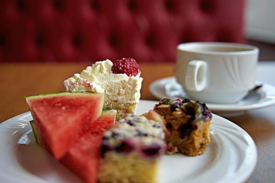 Cafe Liljan jälkkäribuffetin pikkuriikkiset kakkupalat tuovat mieleen etelänmatkojen all inclusivet.