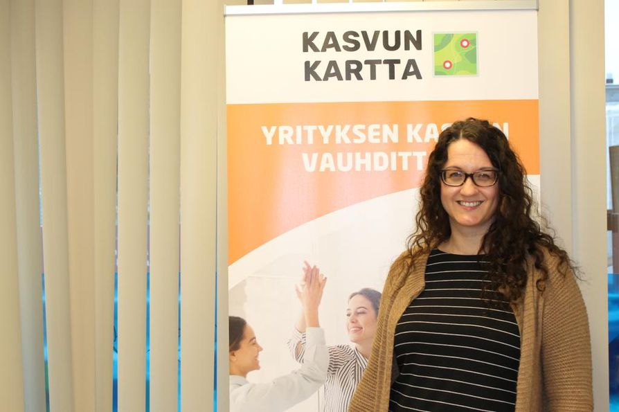 Mari Viirelä on kiertänyt ahkerasti maakuntaa kertomassa yrityksiä kasvuun tukevasta hankkeesta. Käyntikortteja on kertynyt ja yhteyksiä on syntynyt.