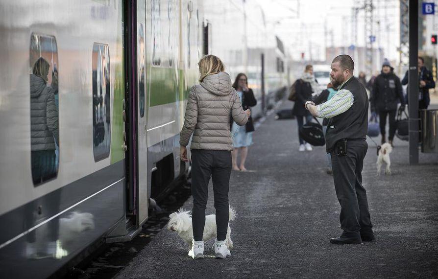 Kolariin suuntaava yöjuna oli Oulun rautatieasemalla torstaina aamupäivällä.