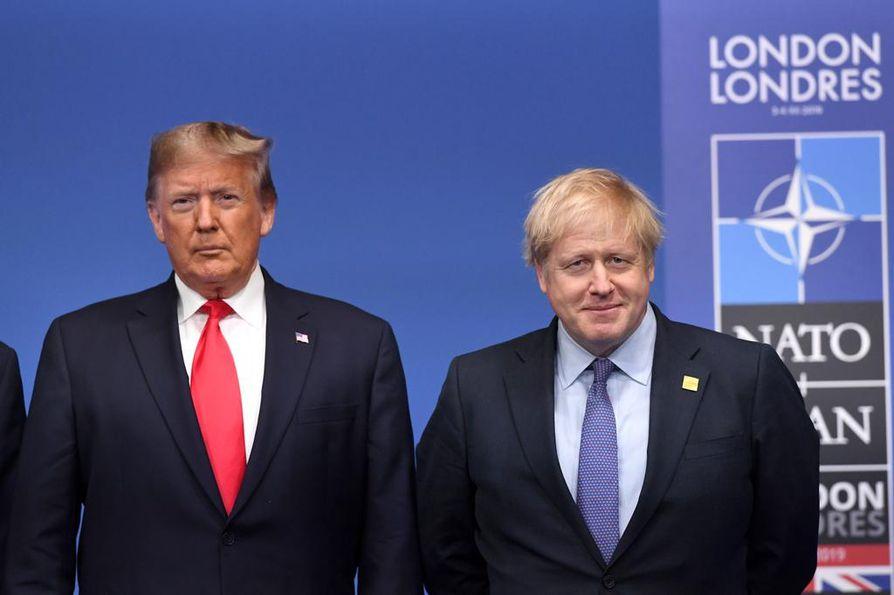 Presidentti Donald Trumpia ei paljon kokouksen pääpäivän alussa hymyilyttänyt, kun Boris Johnson (oik.) otti hänet vastaan.