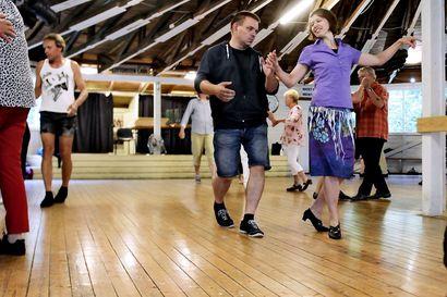 Ota oma pari mukaan lavatansseihin – Tanssilavat avautuivat heinäkuun alussa, mutta tansseissa pitää noudattaa tiukkoja erityisjärjestelyjä