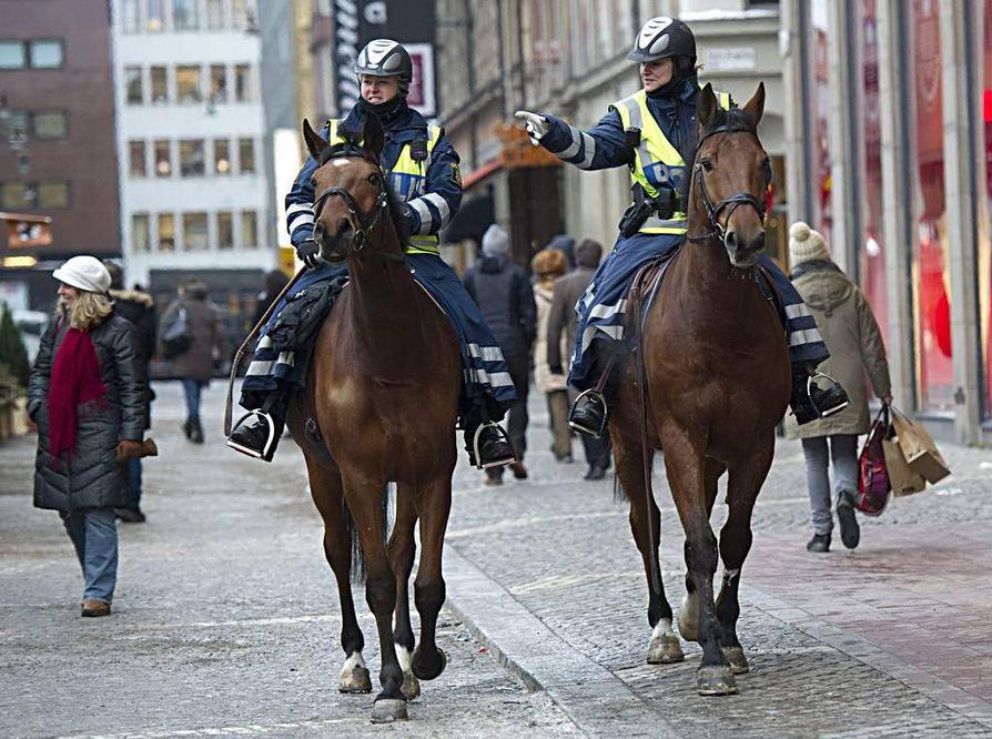 Hevosilla liikkuvat poliisit partioivat Tukholman keskustassa maanantaina.