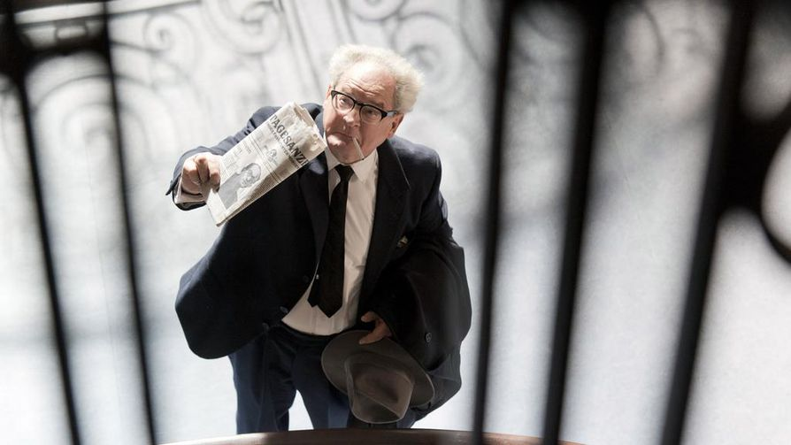 Tosipohjaisessa elokuvassa saksalainen piirisyyttäjästä Fritz Bauer (Burghart Klaußner) yrittää 1950-luvun lopulla tuoda oikeuteen Argentiinassa piileskelleen Alfred Eichmannin kaltaisia natsirikollisia. Nimirooliin on ladattu kiehtovia ristiriitoja.