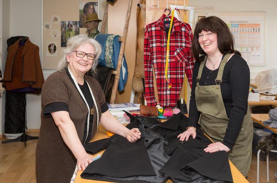 Eija Keräsen (vas.) ja Elena Kaakisen ompelimossa tehdään myös vanhasta vaatteesta uutta.