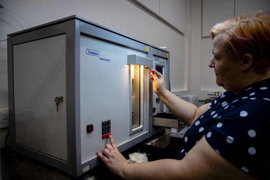 Infinited Fiberin tuotepäällikkö Kirsi Terho mittaa valmiin kuidun märkälujuutta.