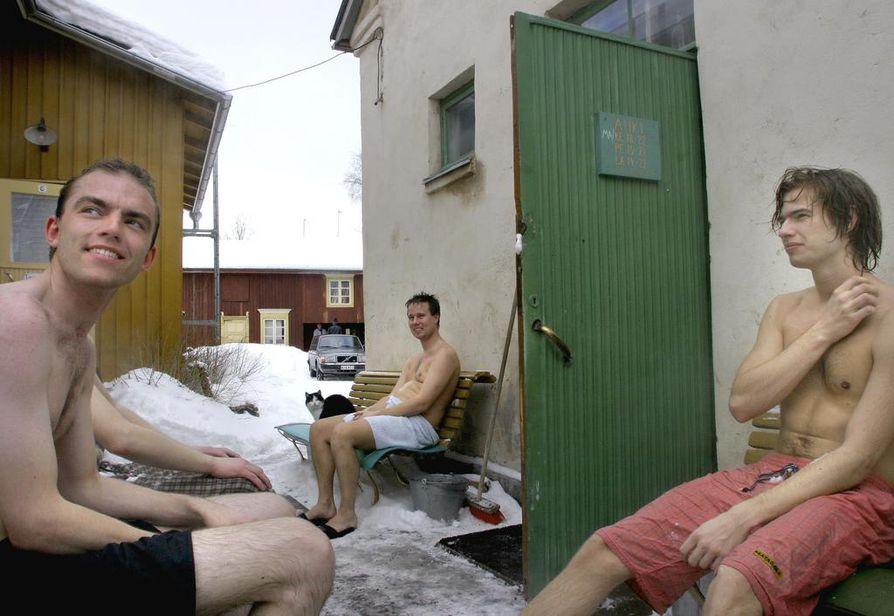Rajaportin sauna Pispalassa on Suomen vanhin yleinen sauna. Arkistokuvassa jäähdyttelevät pohjoismaiset opiskelijat Rune Nyboe, Brian Pape ja Christian Rishoj.