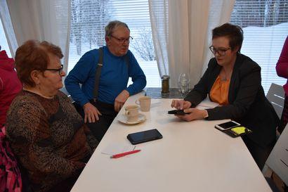 Digitaito haltuun kätevästi – Yli 40 ihmistä kerääntyi Posion Nesteen kabinetissa järjestetylle Koillissanomien digiklinikalle