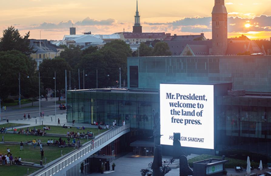 Helsingin Sanomat toteutti Helsingissä näyttävän mainoskampanjan lehdistönvapauden puolesta, kun presidentit Trump ja Putin tapasivat Helsingissä.
