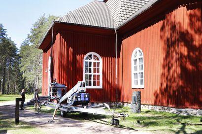 Pudasjärven seurakunnan talous suunnitelman mukainen – kirkon katto tervattiin kesällä