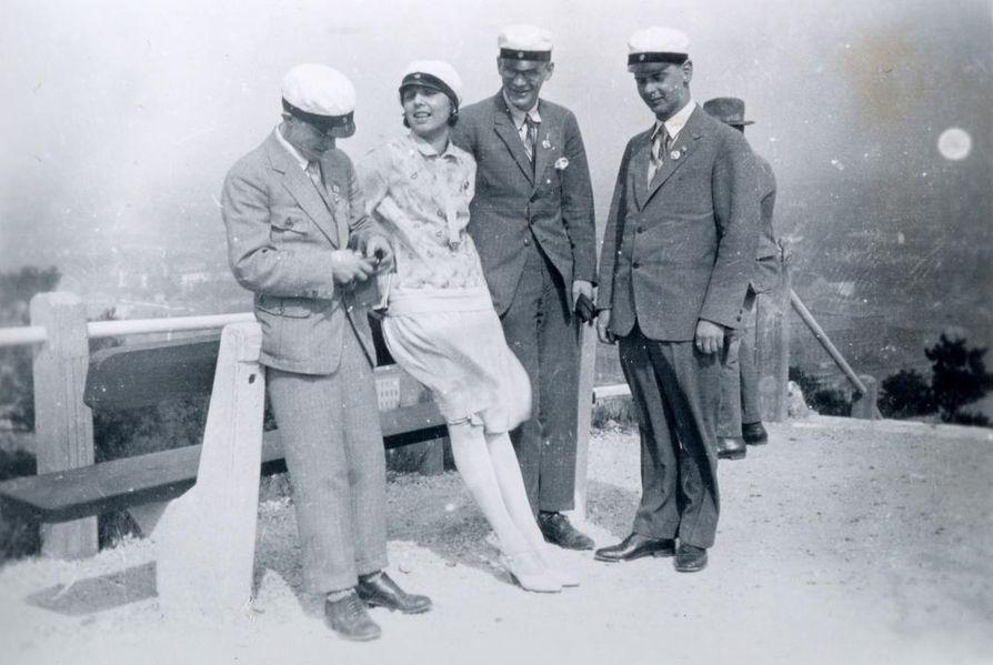 Aaro Pakaslahti (oikealla), Urho Kekkonen ja muita Viron ystäviä oli koolla ajan hengen mukaisesti ylioppilaslakit päässä.