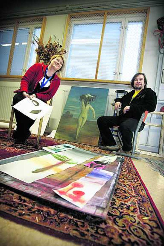 Helena Junttila ja Jukka Tarkiainen asuvat ja työskentelevät Askan entisessä kansakoulussa. Voimistelusalista on tehty taiteilija-ateljee, joka on täynnä Helena Junttilan piirustuksia.