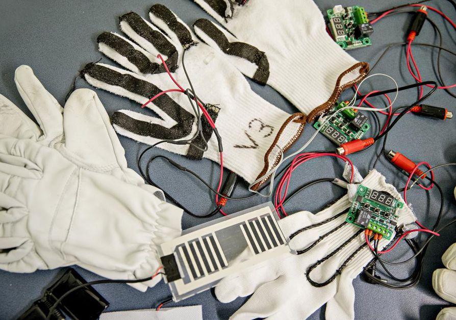 Ongelmakohtia ovat älyvaatteiden hankala huollettavuus, korkeampi hinta sekä monimutkainen valmistusprosessi verrattuna  elektroniikkaa sisältämättömiin vaatteisiin.