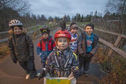"""Katso video: Kahdeksanvuotias Peetu perusti kavereidensa kanssa Lumijoen keskustaa kerran viikossa siistivän roskapartion – ensimmäisellä siivouskerralla täyttyi kaksi muovipussillista: """"Ärsyttää, että ihmiset roskaavat"""""""