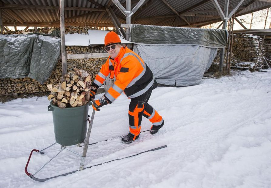 Talvella halot on helppo kuljettaa pirttiin potkurilla ja saavilla.