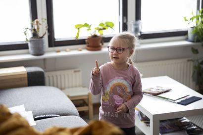 Kerttu Pellikka sairastui, koska sai saman geenivirheen molemmilta vanhemmiltaan – Mitä tehdä, jos dna-testissä paljastuu kehitysvammaan johtava Sallan tauti?