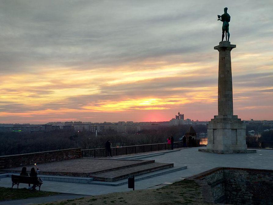 Iltamaisemia Belgradin Kalemegdan-linnoitukselta.