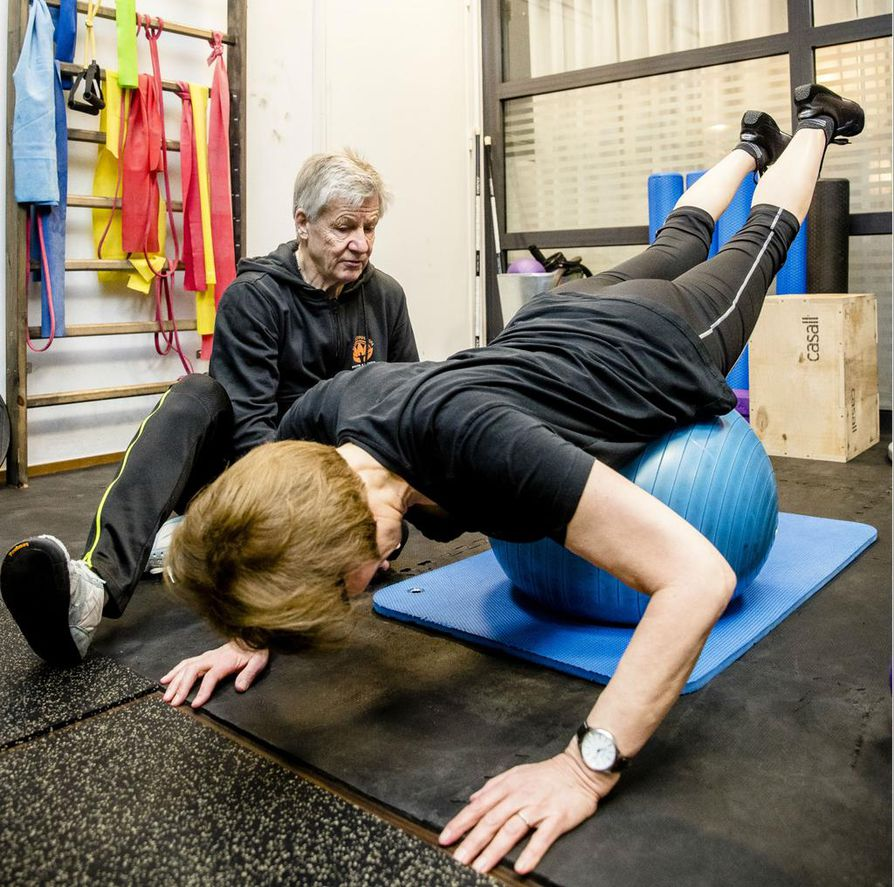 Merja Patovirta harjoittelee espoolaisella kuntosalilla. Personal trainer Pentti Mikkonen opastaa, miten liikkeet tehdään oikeaoppisesti.