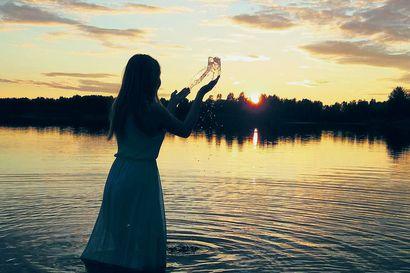 Parasta kuvaamisessa hetkien tallentaminen – Sonjan kaveri kahlasi mekko päällä Iijokeen