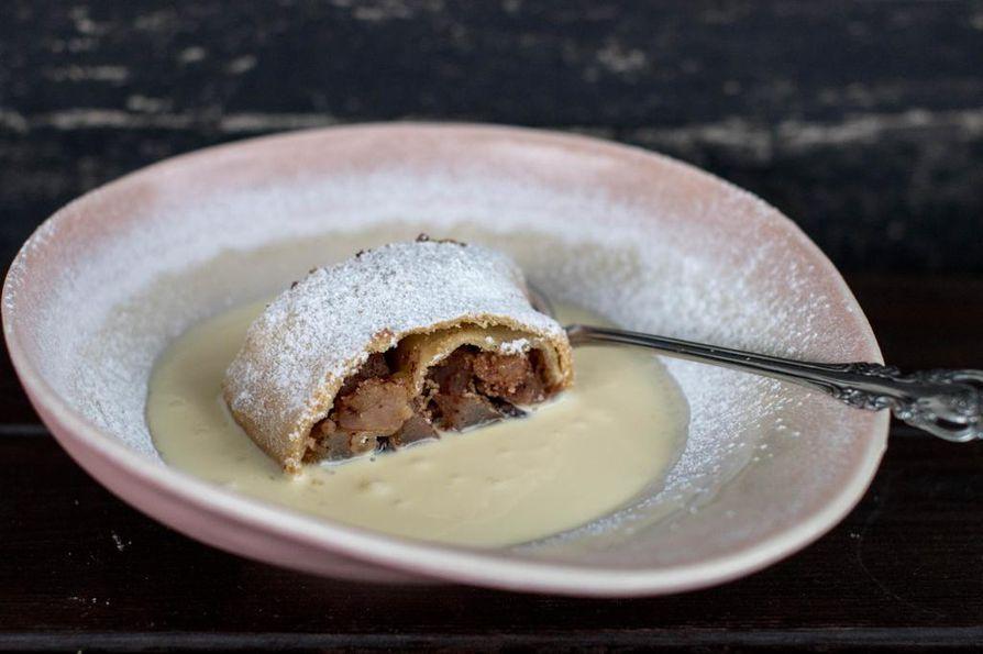 Apfelstrudel eli omenastruudeli on perinteinen itävaltalainen omenaleivonnainen. Se tarjoillaan lämpimänä ja mielellään hukutettuna reiluun määrään vaniljakastiketta.