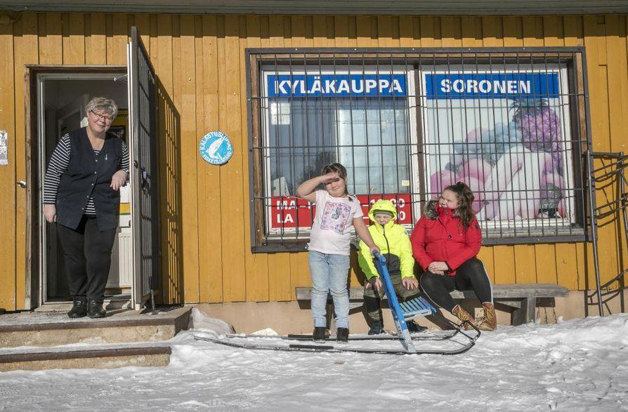 Kyläkauppias Lea Ruunu on työskennellyt Tyrävaaran kyläkaupassa jo 44 vuoden ajan. Hilda (vasemmalla), Paulus ja Amanda Sorosen isä pyörittää kyläkauppaa yhdessä siskonsa kanssa.