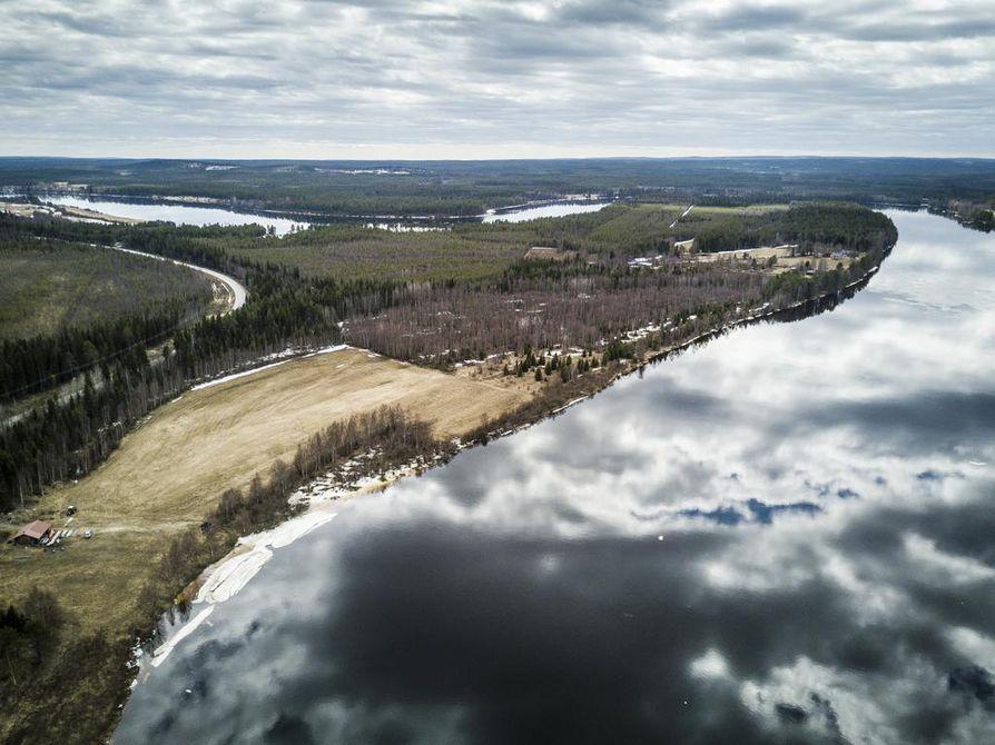 Sierilän voimalaitos sijoittuisi tähän Kemijoen mutkaan. Näkymä on Oikaraisen sillalta Sieriniemelle. Kuva on otettu toukokuussa.