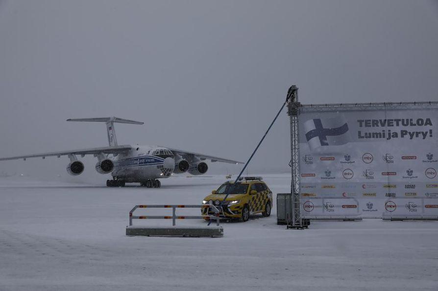 Pandat saapuivat Suomeen neuvostoliittolaisen työjuhdan uudeksi versioksi luonnehditulla lentokoneella.